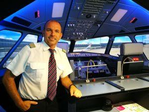 Herr Schneider im Cockpit des A320 Flugsimulators.