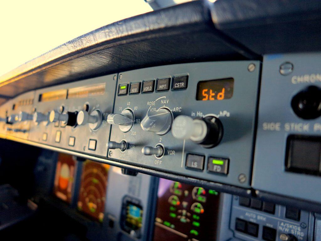 Schalter,Knöpfe und Displays im Cockpit des Airbus A320.
