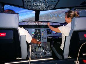 Flug über eine Stadt am Tag im A320 Flugsimulator.